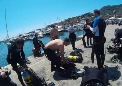 Preparativi per l'immersione per il brevetto relitti